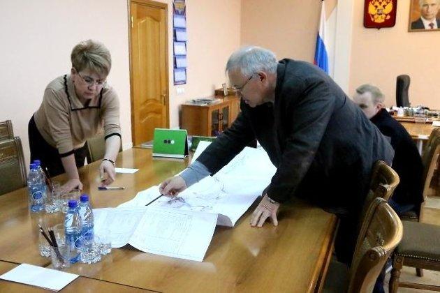 Гендиректор БГК Юрий Рябов показывает губернатору Наталье Ждановой проект освоения Удоканского месторождения