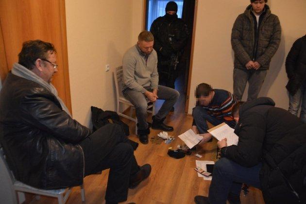 Бизнесмен Валерий Нагель (в центре) в квартире экс-министра в момент задержания Кузьминова