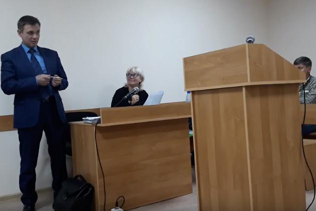 Снятый кандидат в гордуму Читы Евгений Корнев во время заседания суда. За столом Марина Савватеева