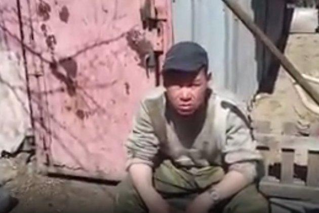 Скрин из видео с бомжами у детского сада