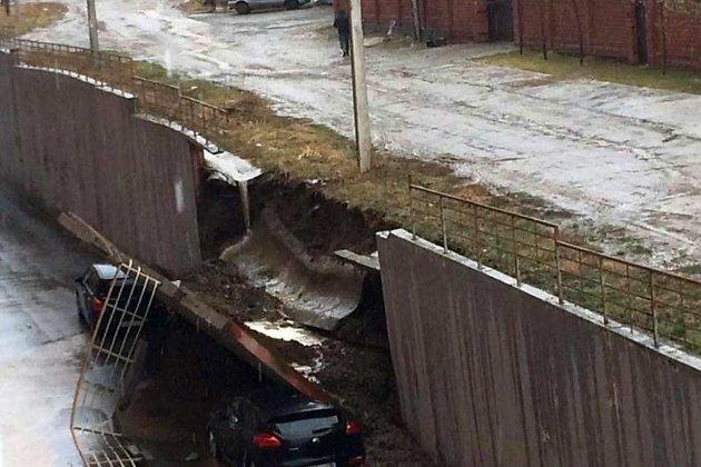 ВИркутске стена упала наприпаркованные автомобили