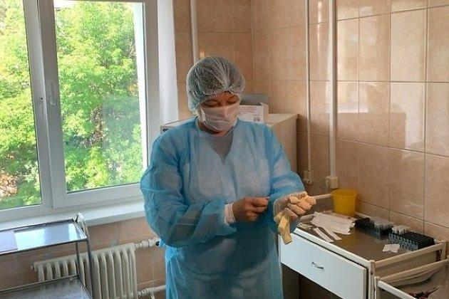 Персонал больницы сдаёт анализы на COVID-19