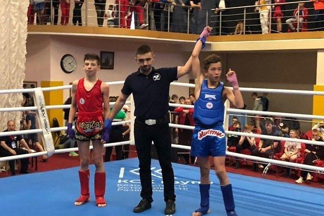 Максим Ракитин (в синей форме) после победы в полуфинале первенства России по тайскому боксу