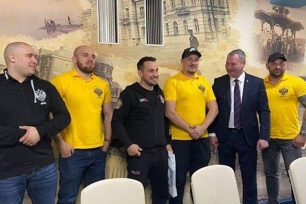 Рома Жиган стоит между Дмитрием Носовым и Александром Сапожниковым