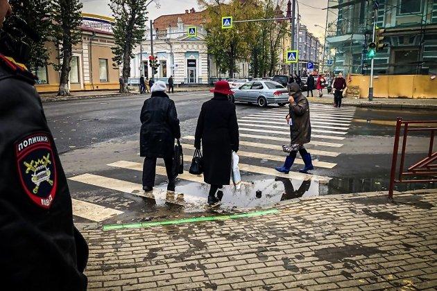 Светофор со светодиодной полосой на тротуаре