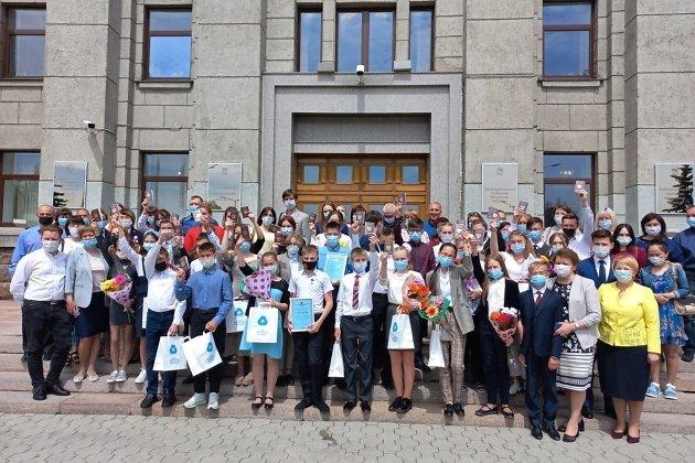 Участники акции вручения паспортов на крыльце правительства Иркутской области, в первом ряду справа - зампред правительства Валентина Вобликова