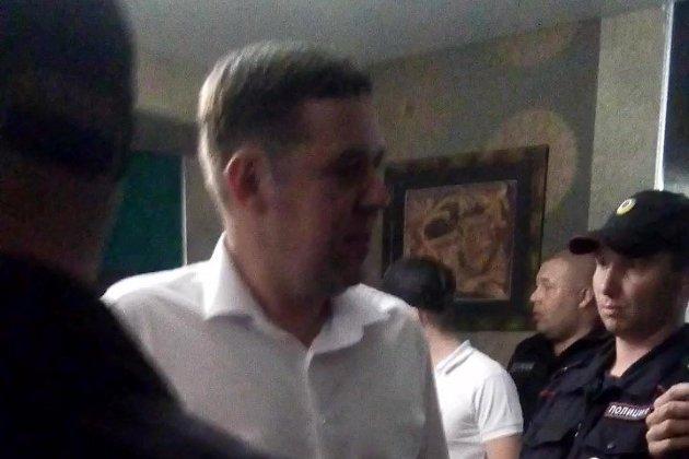 Виктор Паздников с полицией в ресторане «Баффало»