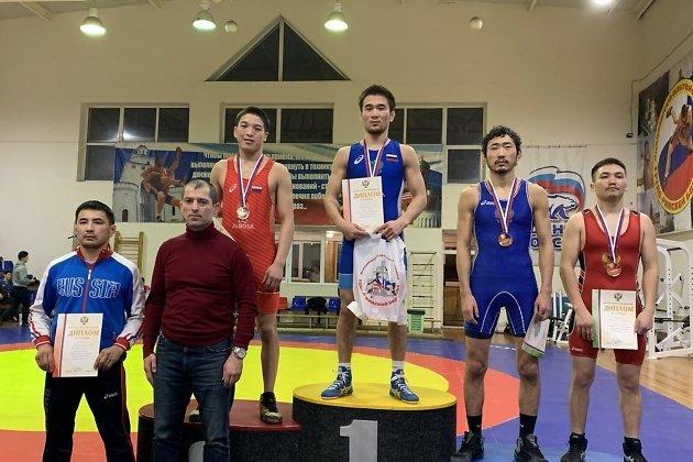 Чемпион России по вольной борьбе среди спортсменов с нарушением слуха Даба Цырендоржиев (выше всех)