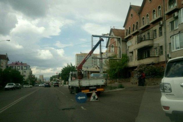 Рекламные конструкции срезают на улице Чкалова