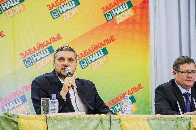 Врио губернатора Александр Осипов и глава Тунгокоченского района Сергей Захарченко на встрече в селе Верх-Усугли.  Июль 2019 года