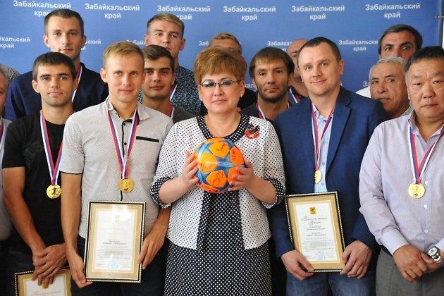 Наталья Жданова с игроками ФК
