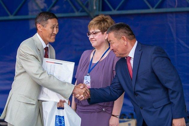 Наталья Жданова и Бато Доржиев вручают государственные награды участникам Зунай Наадана