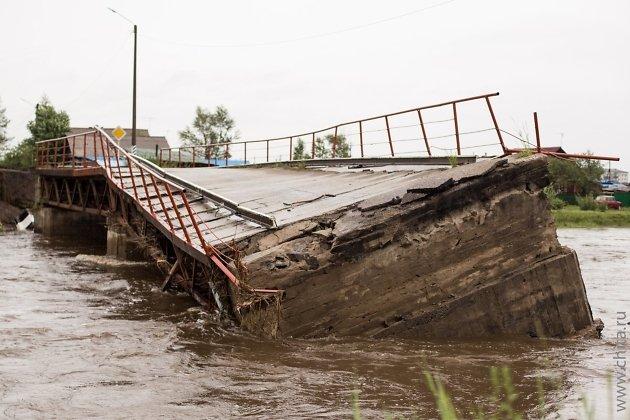 Мост в городе Шилке Забайкальского края во время наводнения в 2018 году.