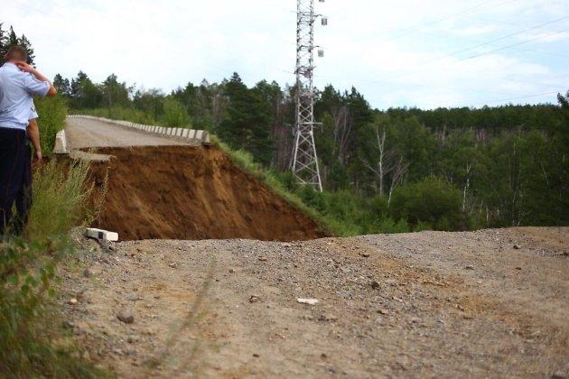 Место обрушения участка дороги на Высокогорье под Читой