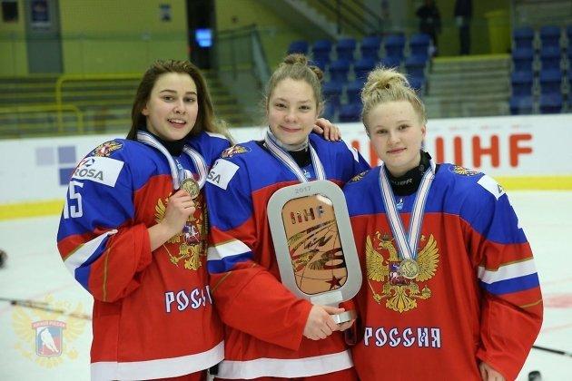 Елена Мезенцева (в центре)