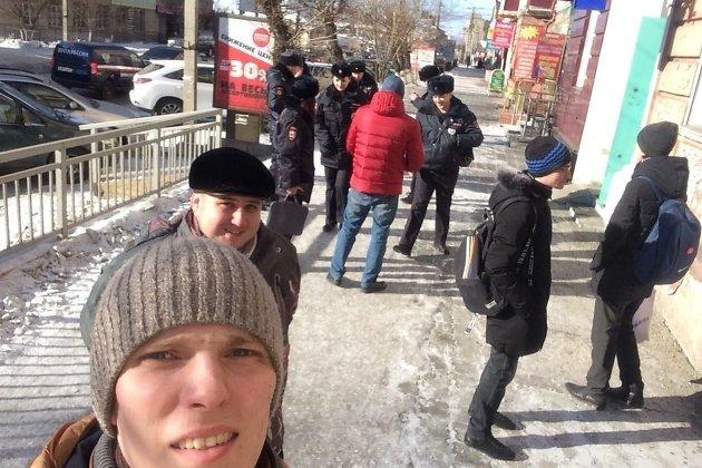 Полицейские разговаривают с волонтёрами штаба Навального в Чите