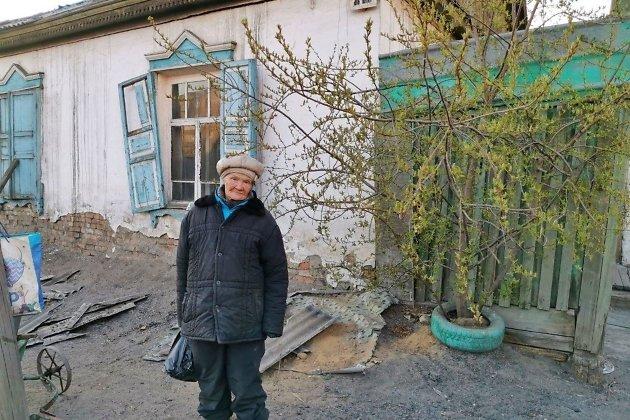 Любовь Мурзина около сгоревшего дома