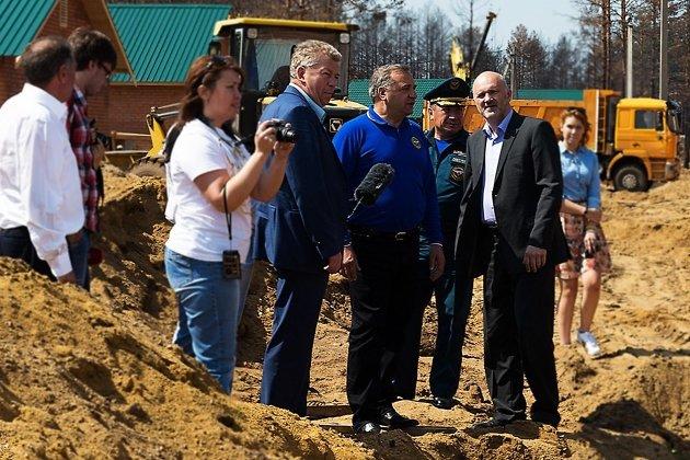 Глава МЧС Владимир Пучков проверяет строительство домов для погорельцев в Смоленке