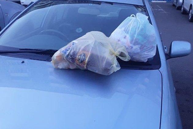 Мешки с мусором на машинах во дворе Шилова, 95.