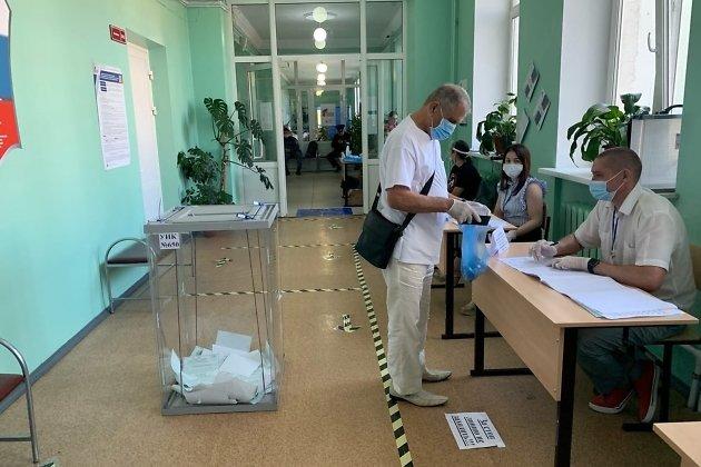 УИК №650. Избиратель берёт бюллетень для голосования