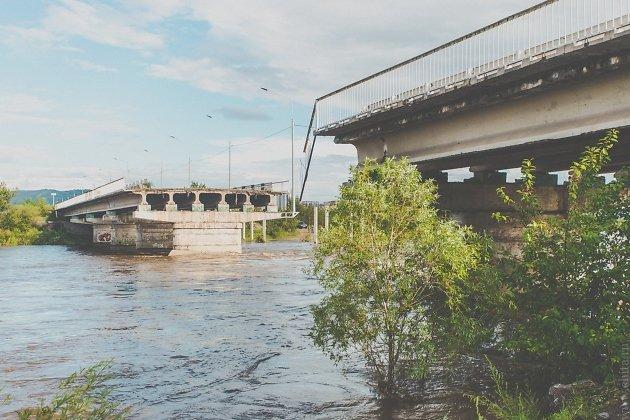 Разрушенный мост через реку Чита