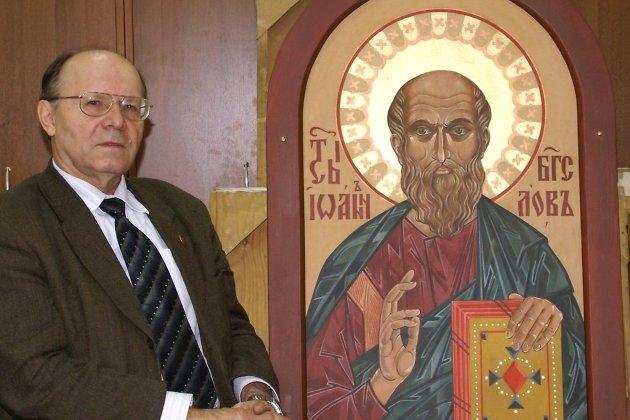 Виктор Кулеш с написанной им иконой Иоанна Богослова