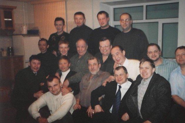 Нижний ряд: крайний справа — Саклаков, следом — Бутыльский. Во втором ряду снизу вторым сидит главарь «Осиновских» Игорь Осинцев (Осина), сразу за ним выше сидит Игорь Мельничук (Красный) — второй отец-основатель «Осиновских».