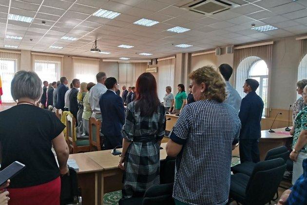 Александр Сапожников попросил участников планёрки встать и почтить память погибших в терактах минутой молчания