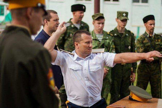 Геннадий Чупин проверяет полосу препятствий на этапе метания ножей