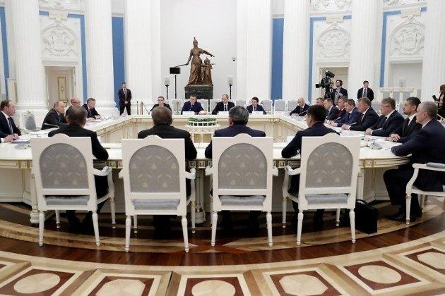 Президент Владимир Путин даёт наставления новоизбранным губернаторам, в том числе Александру Осипову