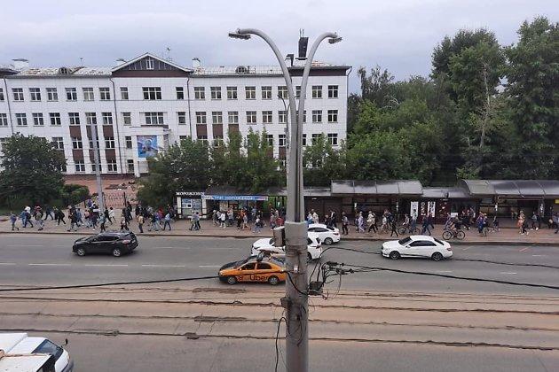 Участники шествия идут по улице Ленина