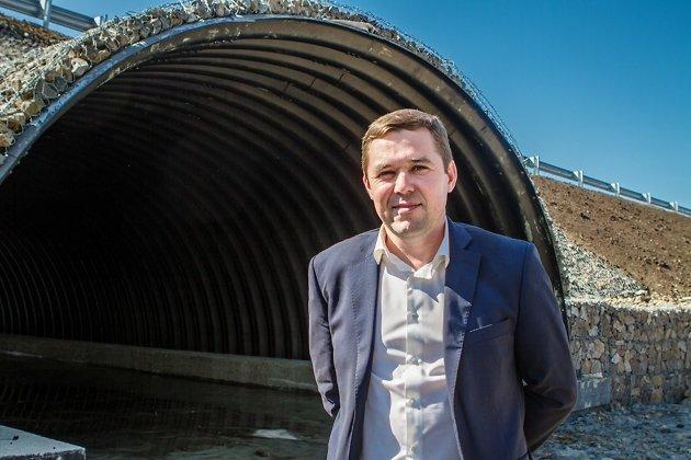 Министр территориального развития Виктор Паздников даёт интервью у нового моста