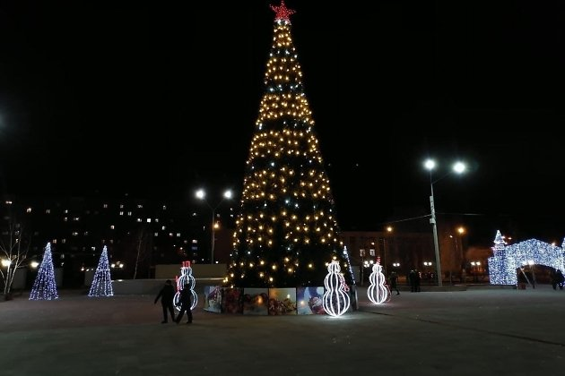 Ёлка на площади Труда