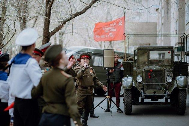 Поздравление ветерана с Днём Победы прямо у него во дворе, 2020 год
