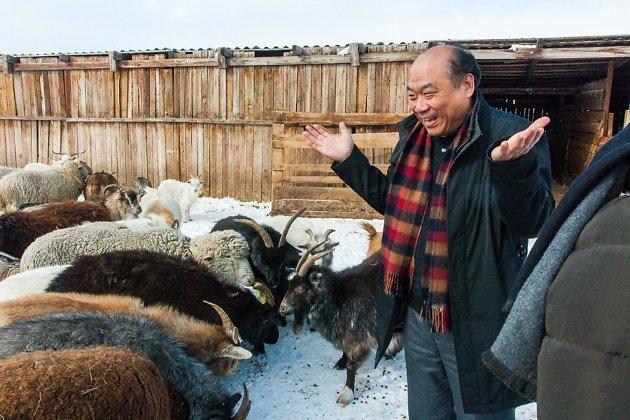 Китайский турист на страусиной ферме под Читой