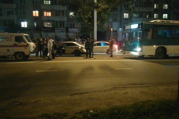 Автобус №90 итри автомобиля столкнулись наСоветской вИркутске