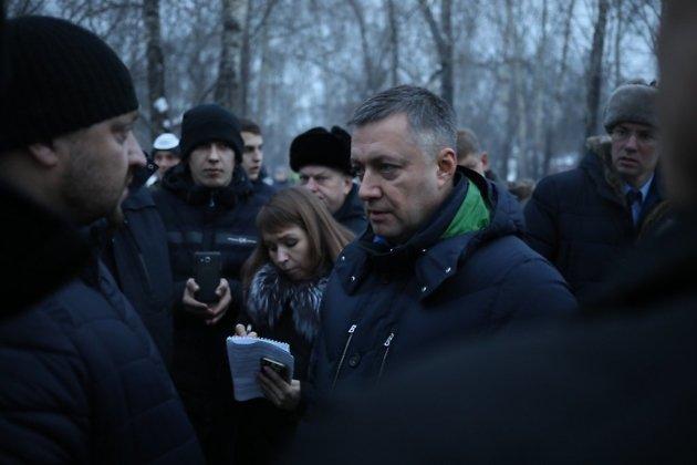 Врио губернатора Иркутской области Игорь Кобзев во время встречи с пострадавшими от паводка