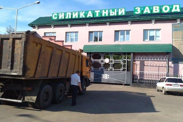 Груженный углём грузовик пытается проехать на территории Силикатного завода в Чите