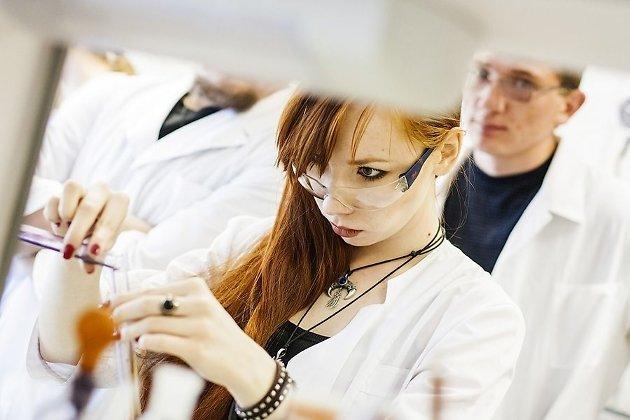 Студенты во время лабораторной работы по органической химии