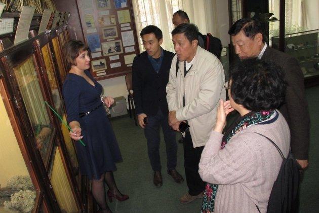 Шао Юнь Шань (в белой куртке)