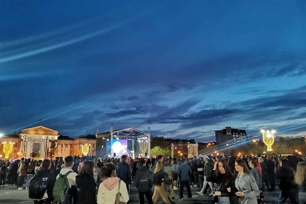 Площадь Ленина 30 мая. Салют только-только перестал мелькать за крышами справа.
