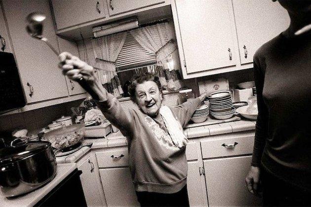 Свободная от маникюра итальянская бабушка собирается накормить семью