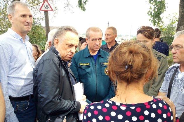 Юрий Карих - крайний слева - во время визита вице-премьера Виталия Мутко в Тулун после наводнения