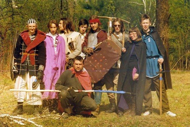 Толмачёв (сидит) с луком, 1996 год