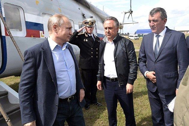 Президент с заместителем председателя правительства Виталием Мутко (в центре) и полпредом президента в СФО Сергеем Меняйло