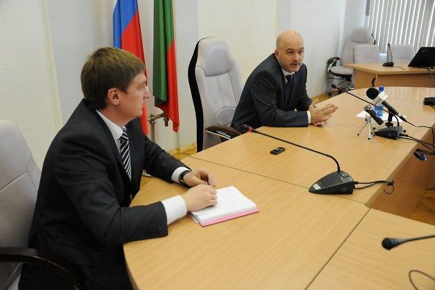 Врио губернатора Забайкальского края Константин Ильковский и руководитель его пресс-службы Андрей Козлов на пресс-конференции в марте 2013 года
