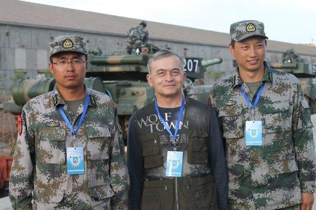 С китайскими танкистами в г. Маньчжурия во время погрузки китайской военной техники на совместные учения