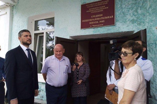 Осипов осматривает школу в Чернышевске