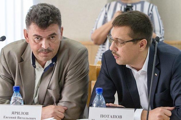 Слева - Максим Потапов