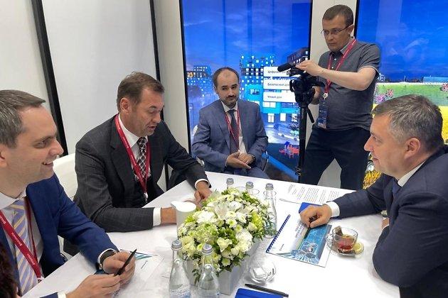 Игорь Кобзев во время переговоров на Петербургском экономическом форуме